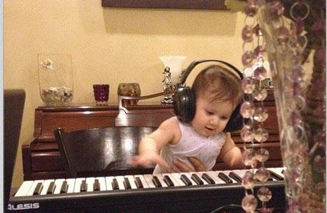 شاهرخ استخری و پیانو زدن دختر نازش +عکس