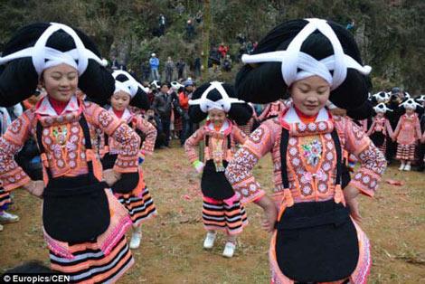 مراسم عجیب عمامه بستن دختران جوان در چین +عکس