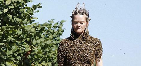 لباس جالب این خانم از نوع زنبور عسل است +عکس
