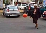 هنرنمایی بسیار جالب یک پیرزن ایتالیایی در خیابان
