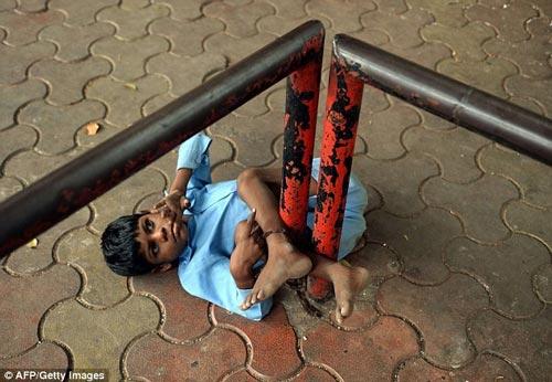 اقدام عجیب پیر زن 66 ساله در خیابان (عکس)