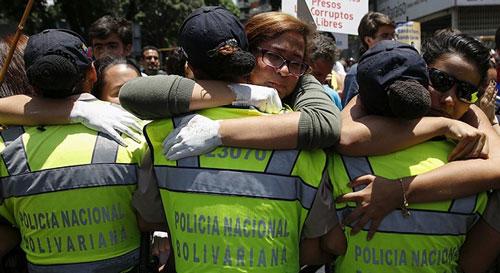 خانم های معترض در آغوش پلیس (عکس)