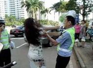 کتک خوردن پلیس از این خانم عصبانی (عکس)