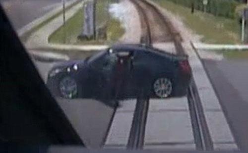 فرار یک دختر از مرگ فقط در چند ثانیه (عکس)