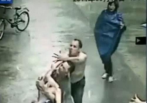 افتادن یک کودک از طبقه دوم و گرفتن او (عکس)