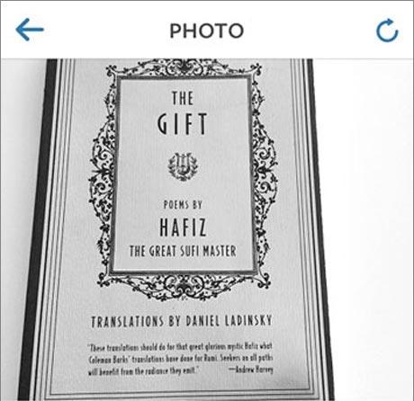 سوپر مدل مشهور آدریانا لیما کتاب حافظ  می خواند (عکس)