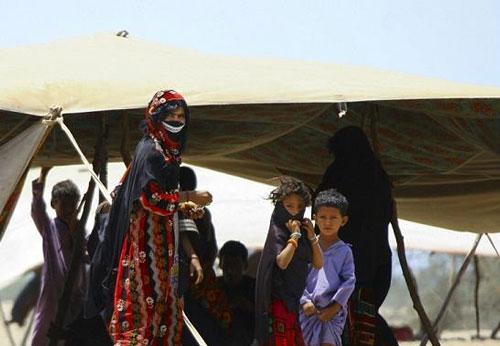 سنت عجیب ازدواج در بین دختران قبیله بادیه نشین (عکس)