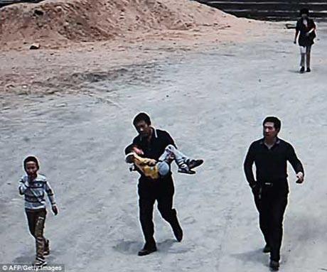حمله وحشیانه یک مرد با ساطور به بچه های مدرسه