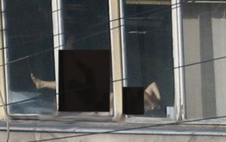 این زن لخت در حال آفتاب گیری در کاخ دادگستری