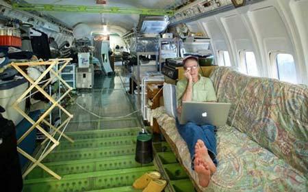 زندگی عجیب این خانواده در هواپیما +عکس
