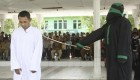 شلاق زدن زن و مرد هرزه در ملاء عام در اندونزیا!