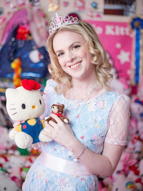 دختری که به خاطر عروسک کیتی نمی تواند مرد رویاهایش را بیابد