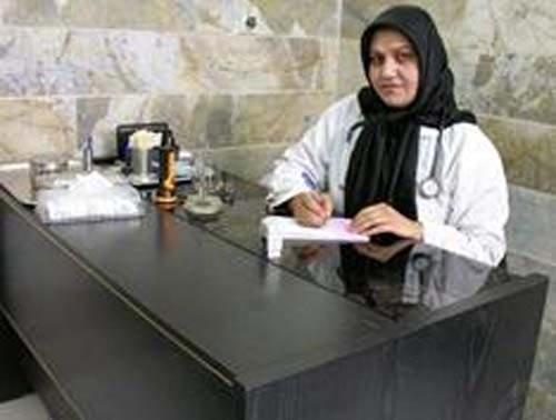 پناهنده زن افغان که در ایران جراح زنان شد + عکس