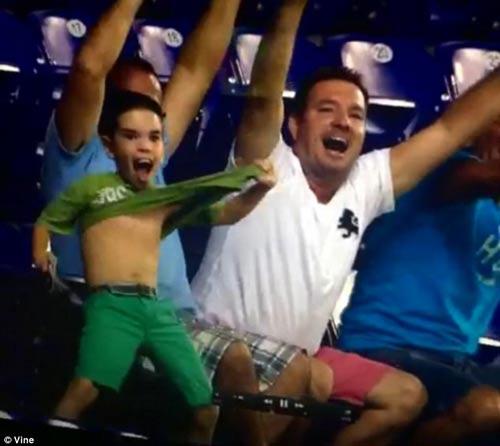 خوشحالی بیش از حد کودک بعد از نشان دادنش در نمایشگر استادیوم