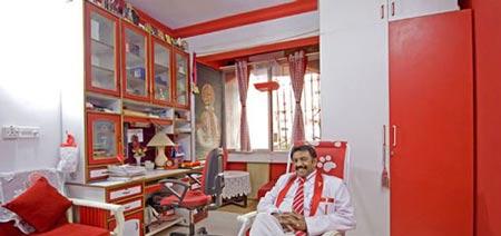 علاقه غیر قابل باور این مرد هندی به رنگ قرمز و سفید