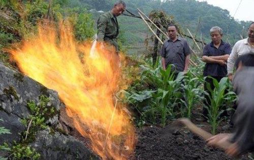 این روستای عجیب از زمینش آتش می بارد (عکس)