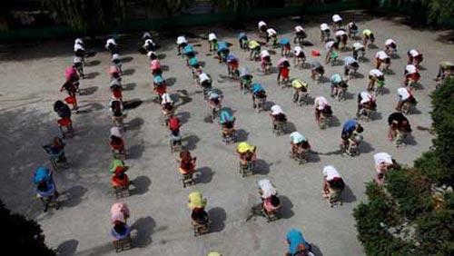عجیب ترین شیوه آموزش شنا در یک مدرسه + عکس