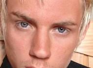 پسر چشم آبی با عمل زیبایی چهره ای وحشتناک پیدا کرد