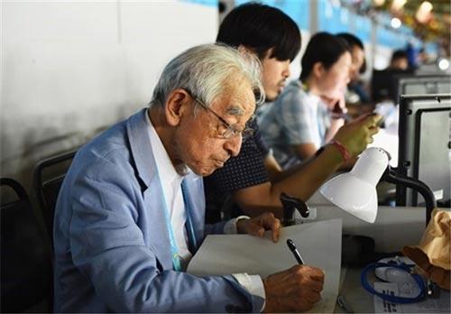 عکس دیدنی از مسنترین خبرنگار حاضر در جام جهانی ۲۰۱۴
