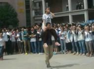 حرکت زوج جوان در حیاط دانشگاه سوژه جهانی شد + عکس