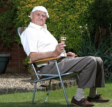 خوردن بستنی یک پیرمرد دردسر ساز شد + عکس