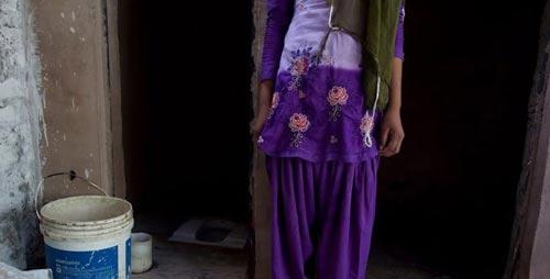زنان و دختران این روستا با مشکل توالت رفتن روبرو هستند