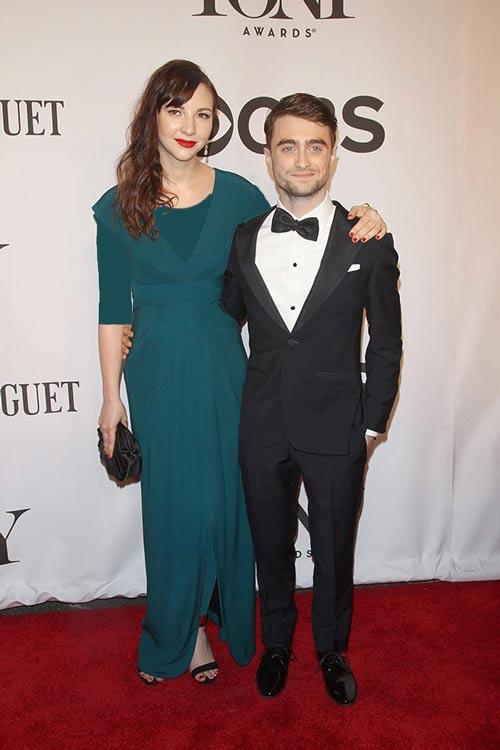 حضور دانیل رادکلیف بازیگر هری پاتر در کنار نامزدش روی فرش قرمز + عکس