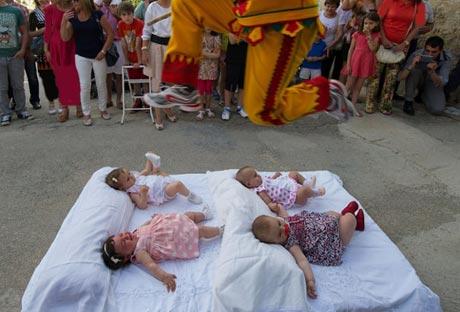 مراسم مذهبی عجیب و فوق العاده احمقانه در اسپانیا + عکس