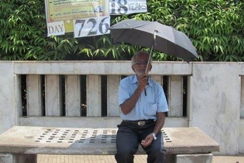 اعتراض عجیب و طولانی مردی با خوردن آب و نان + عکس