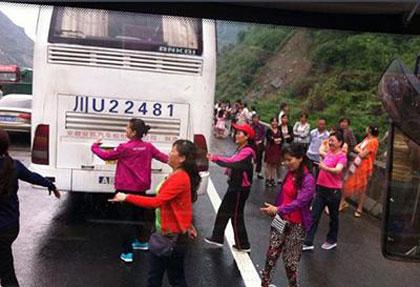 رقص جالب رانندگان و مسافران وسط ترافیک شهری (عکس)