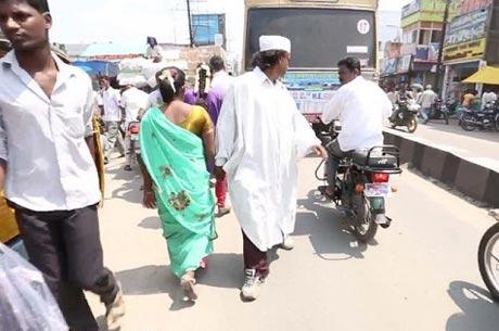 این مرد هندی 25 سال خلاف جهت راه رفت +عکس