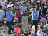 لخت شدن دختر چینی برای جلوگیری از تعرض جنسی