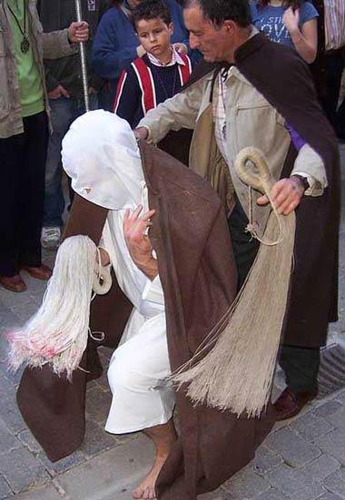 مراسم عجیب شلاق زنی! (عکس)