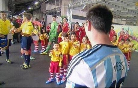 عکس العمل جالب کودکان برزیلی بعد از دیدن لیونل مسی