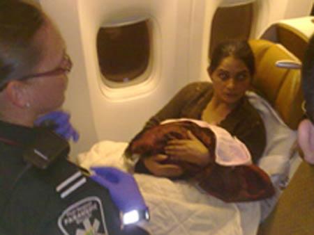 جنجال به دنیا آوردن فرزند در هواپیمای پروازی