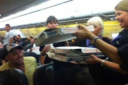 در این هواپیما برای همه پیتزا خریدم!! +(عکس)