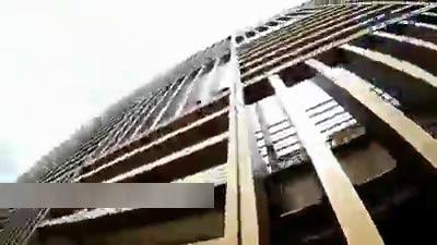 بالا رفتن دختر از برج 274 متری برای حمایت از غزه + عکس