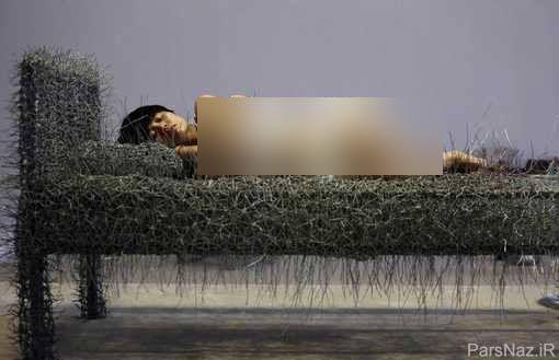 خودنمایی زننده و آزار دهنده خانم هنرمند در نمایشگاه + عکس