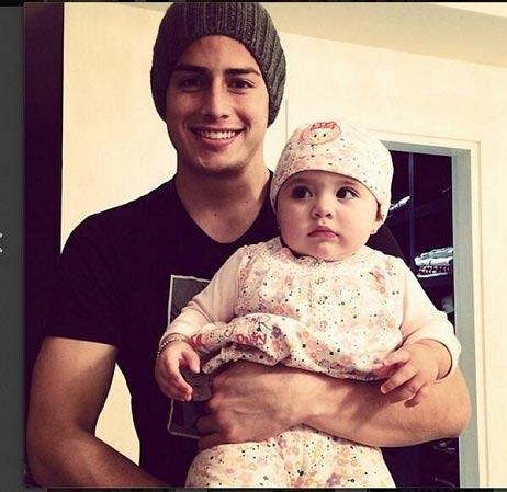خامس رودریگوئز جذاب ترین ستاره فوتبالیست در کنار فرزندش