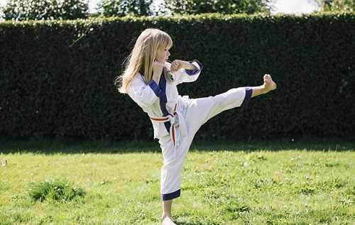 بیماری نادری که فقط با کاراته درمان می شود + عکس