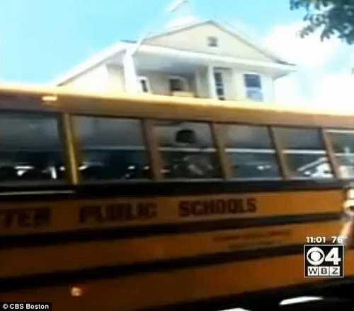مشت خوردن راننده اتوبوس توسط والدین خشمگین + عکس