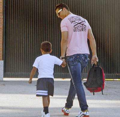 کریستیانو رونالدو و فرزندش در حال رفتن به مدرسه + عکس