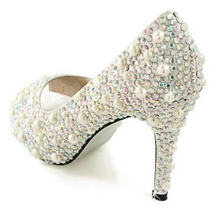 مدل کفش عروس سفید با طرح مهره کاری شده شیک