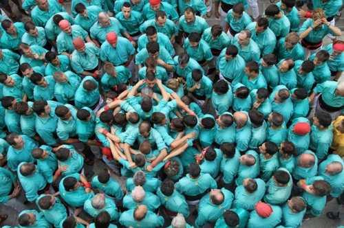 عکس های مهیج از مسابقه جالب برج های انسانی