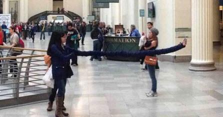 دختر دست دراز در حال گرفتن عکس سلفی + عکس
