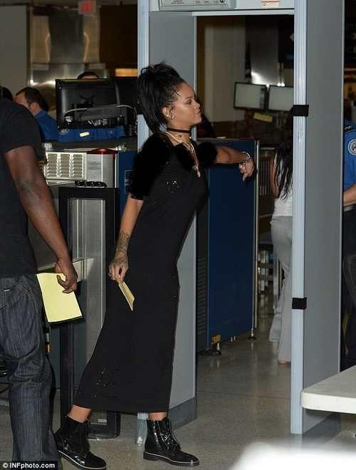 کفش های ریحانا خواننده مشهور در فرودگاه دردسر ساز شد