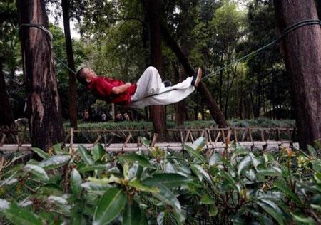 سوژه شدن روش عجیب خوابیدن یک مرد چینی 51 ساله + عکس