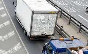 تصادف زنجیره ای به خاطر عکس زننده خانم روی کامیون + عکس