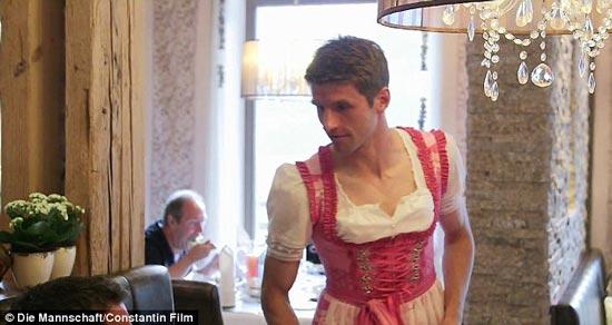 توماس مولر،گلزن اول تیم ملی آلمان در لباس زنانه! +عکس