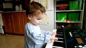 کودکی سه ساله نابینا،نابغه موسیقی +عکس